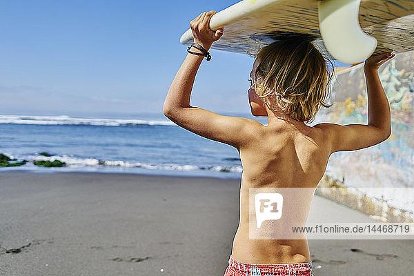 Chile  Pichilemu  Junge mit Surfbrett auf dem Meer Chile, Pichilemu, Junge mit Surfbrett auf dem Meer