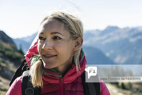 Österreich  Tirol  Porträt einer lächelnden Frau auf einer Wanderung in den Bergen