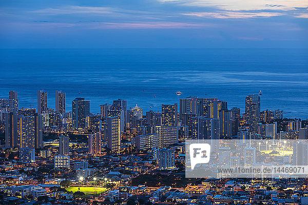 USA  Hawaii  Oahu  Pazifischer Ozean  Skyline von Honolulu  blaue Stunde nach Sonnenuntergang