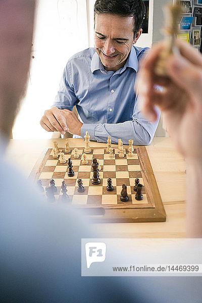 Zwei Männer spielen Schach