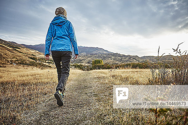 Chile  Valle Chacabuco  Parque Nacional Patagonia  woman on a hiking trip in steppe landscape