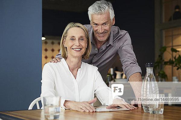 Porträt eines lächelnden reifen Paares zu Hause