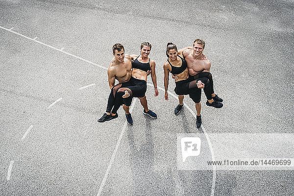 Sportmannschaft  Männer halten Frauen