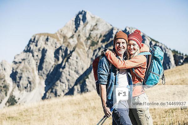 Österreich  Tirol  glückliches Paar umarmt sich bei einer Wanderung in den Bergen