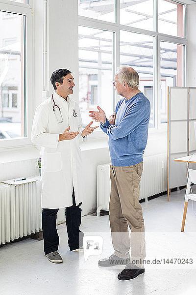 Arzt und Patient im Gespräch in der medizinischen Praxis