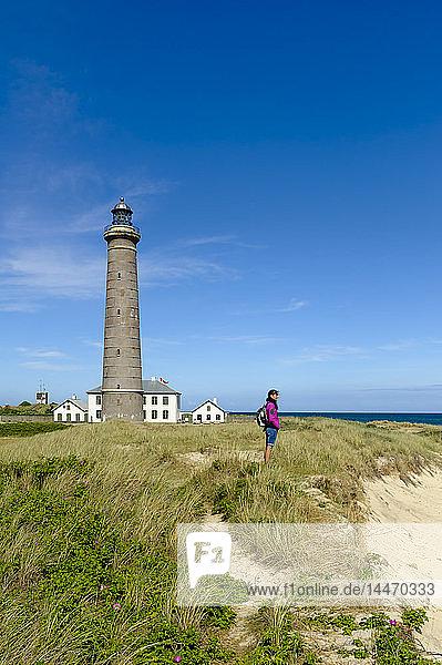 Dänemark  Jütland  Skagen  Grenen  Frau steht in den Dünen am grauen Leuchtturm