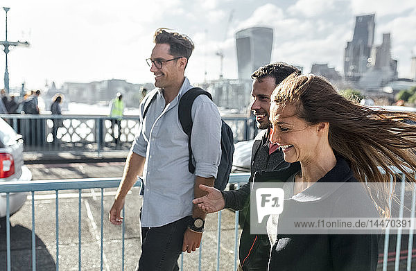 Großbritannien  London  glückliche Freunde auf der Tower Bridge