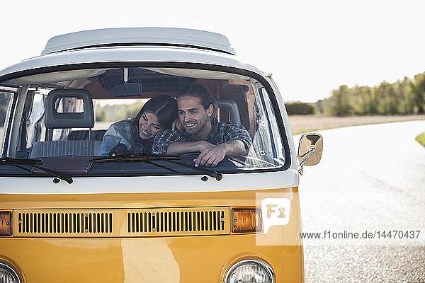 Zärtliches Ehepaar macht einen Roadtrip im Wohnmobil