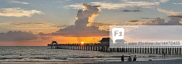USA  Florida  Naples  Panoramablick auf den Naples Pier mit Menschenmenge  die den Sonnenuntergang genießt