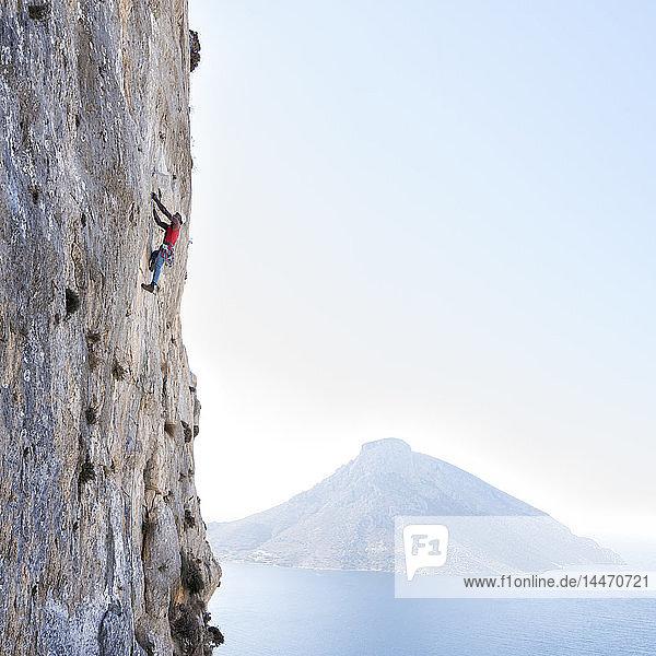 Griechenland  Kalymnos  Bergsteiger in Felswand über dem Meer