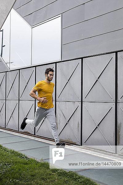 Junger Mann joggt im Freien