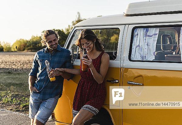 Glückliches Paar macht eine Pause auf der Reise  trinkt etwas