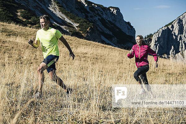 Österreich  Tirol  Paar läuft in den Bergen