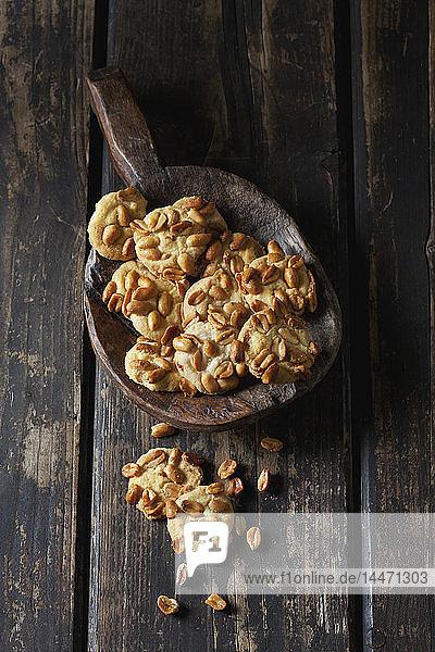 Erdnusskekse auf einem Holzlöffel