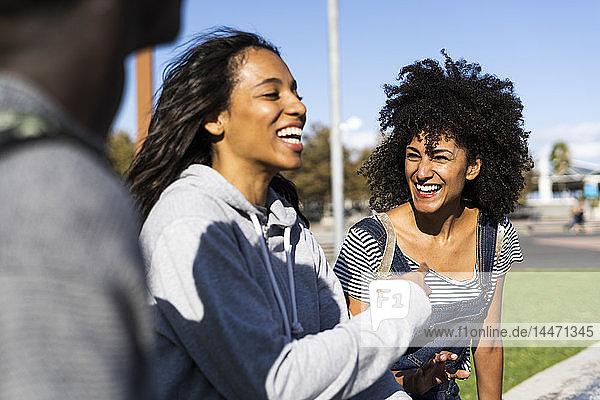 Drei Freunde verbringen Zeit in der Stadt und haben Spaß