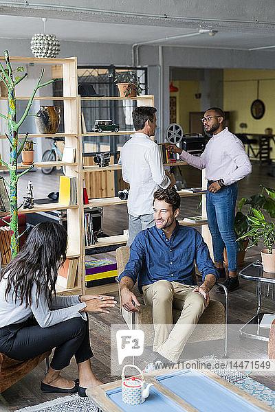 Geschäftsteam bei einem informellen Treffen im Loft-Büro