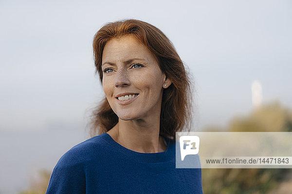Deutschland  Hamburg  Porträt einer lächelnden Frau am Elbufer