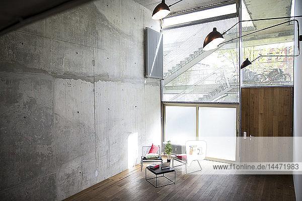 Sitzbereich in einem Dachboden an einer Betonwand