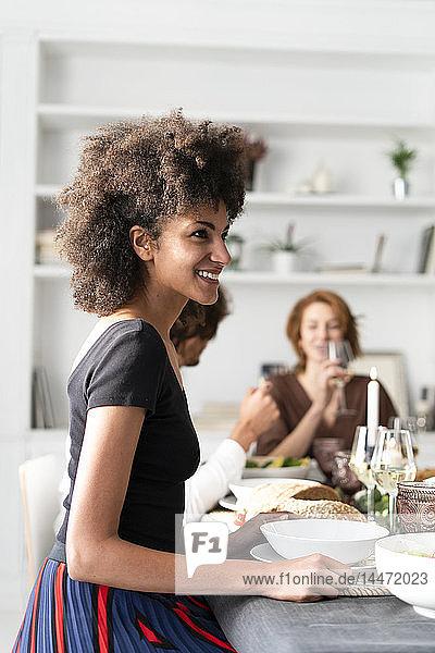 Freunde amüsieren sich bei einer Dinnerparty  genießen das gemeinsame Essen