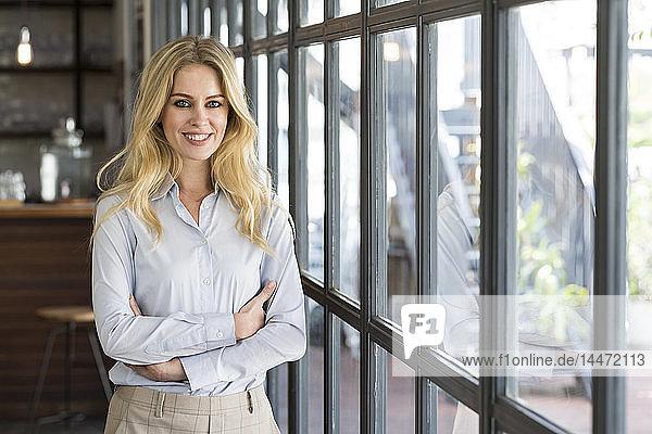 Porträt einer attraktiven Geschäftsfrau vor dem Fenster