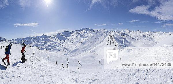 Frankreich  Französische Alpen  Les Menuires  Trois Vallees  Panoramablick mit Snowboardern