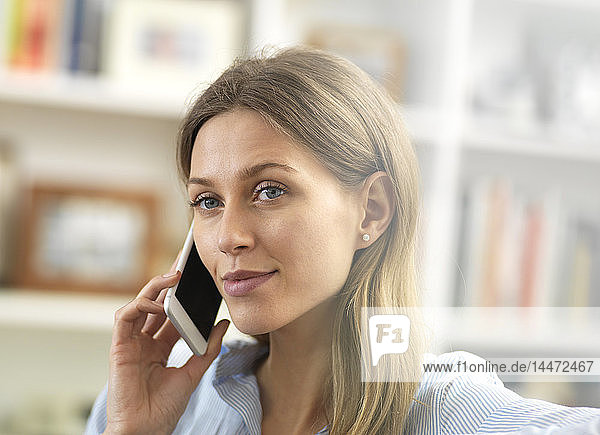 Junge Frau am Handy zu Hause