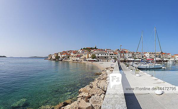 Kroatien  Dalmatien  Primosten  Adria  Hafen  Anlegeplatz und Strand