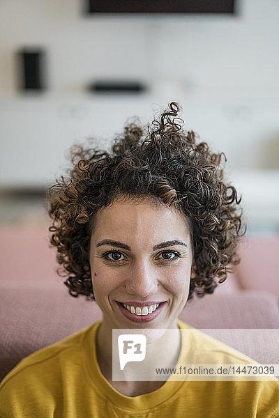 Porträt einer lächelnden Frau zu Hause
