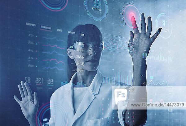 Wissenschaftler  der einen digitalen Bildschirm in einem Labor bedient
