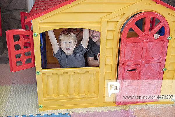 Porträt von glücklichen Kindern in einem Spielhaus