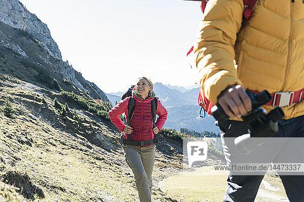 Österreich  Tirol  lächelnde Frau mit Mann wandert in den Bergen