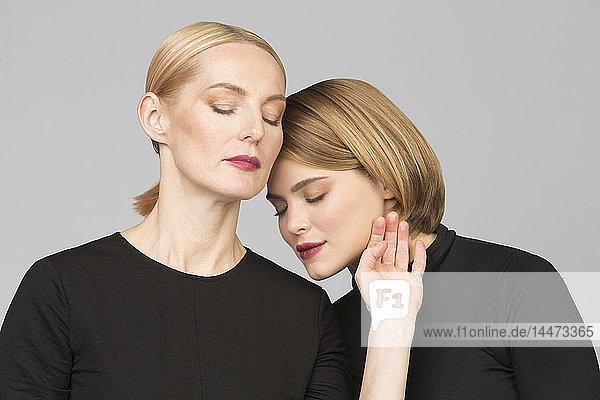 Studioporträt von Mutter und erwachsener Tochter