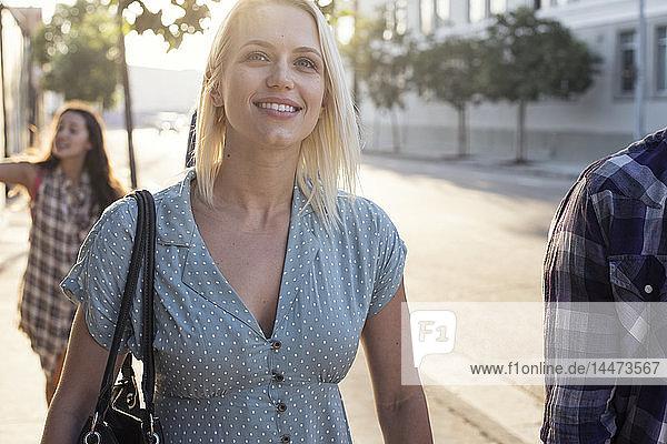 Lächelnde junge Frau unterwegs