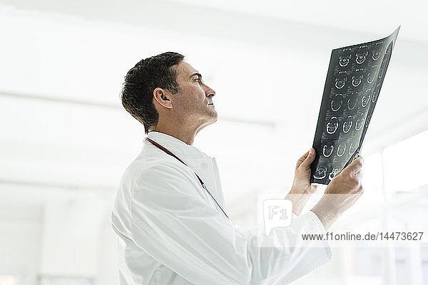 Arzt untersucht MRT-Bild in der medizinischen Praxis