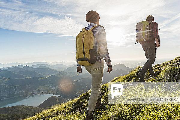 Österreich  Salzkammergut  Paarwandern in den Bergen