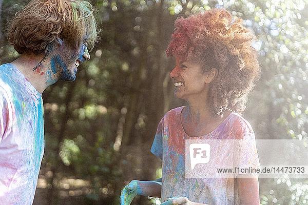 Glückliches Paar feiert Holi-Fest. Fest der Farben