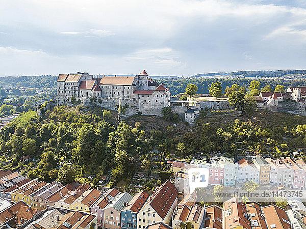 Deutschland  Bayern  Burghausen  Stadtansicht der Altstadt und des Schlosses