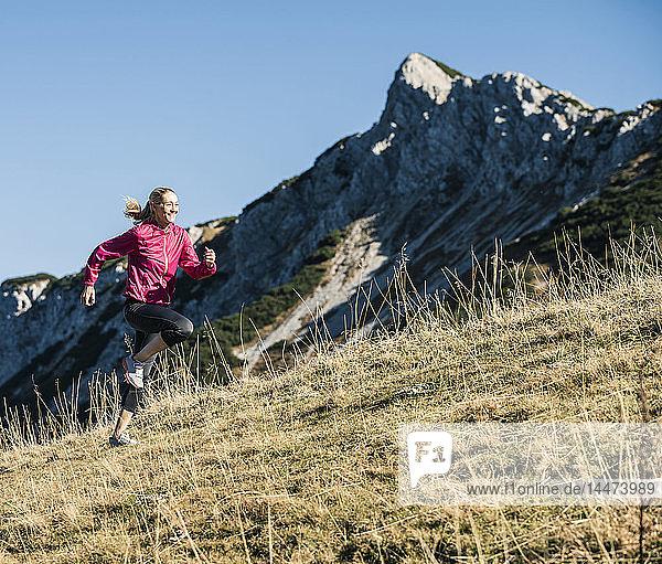 Österreich  Tirol  Frau läuft in den Bergen