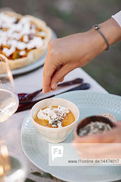 Nahaufnahme einer Frau  die ein Dessert zubereitet