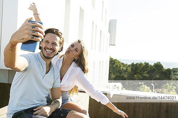 Paar auf der Dachterrasse  sich selbst nehmen