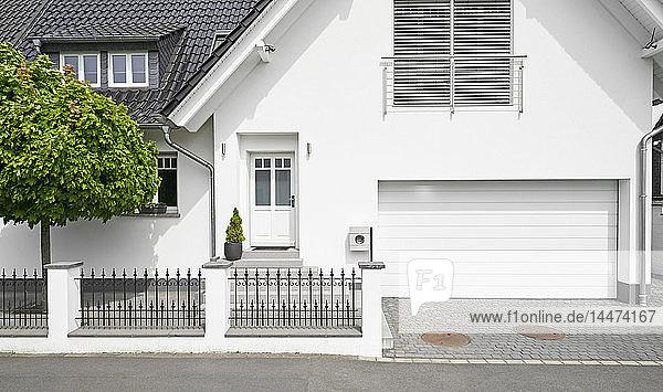 Deutschland  Köln  weißes neu gebautes Einfamilienhaus mit Garage