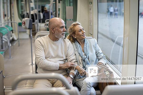 Älteres Ehepaar sitzt in einer Straßenbahn
