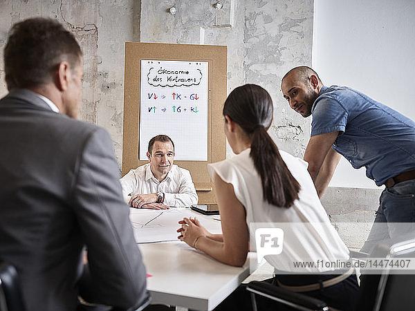 Geschäftsleute  die eine Besprechung im Konferenzraum abhalten