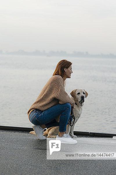 Deutschland  Hamburg  Frau mit Hund auf der Mole am Elbufer