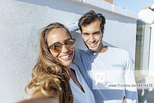 Selbstgefälligkeit eines glücklichen Paares an einem sonnigen Tag
