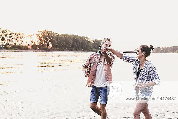 Glückliches junges Paar an einem Fluss