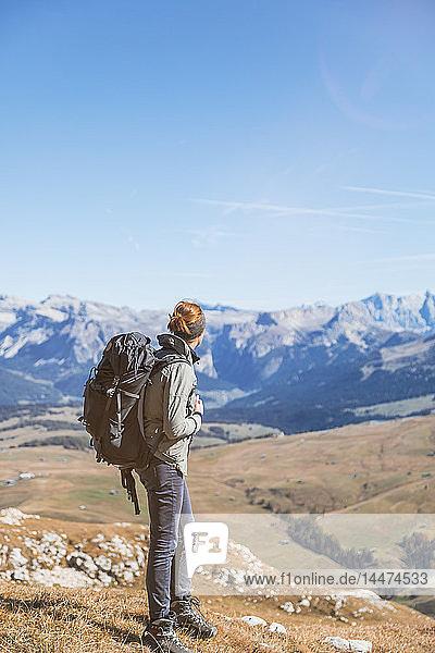 Italien  Südtirol  Dolomiten  Hafling  Wanderin mit Rucksack in der Ferne