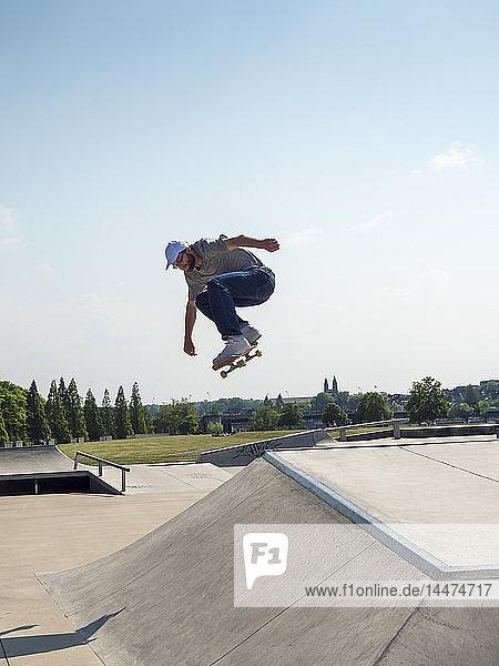 Junger Mann beim Schlittschuhlaufen im Skatepark