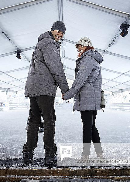 Stehendes Ehepaar auf der Eisbahn