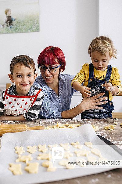 Mutter backt Kekse mit ihren Kindern
